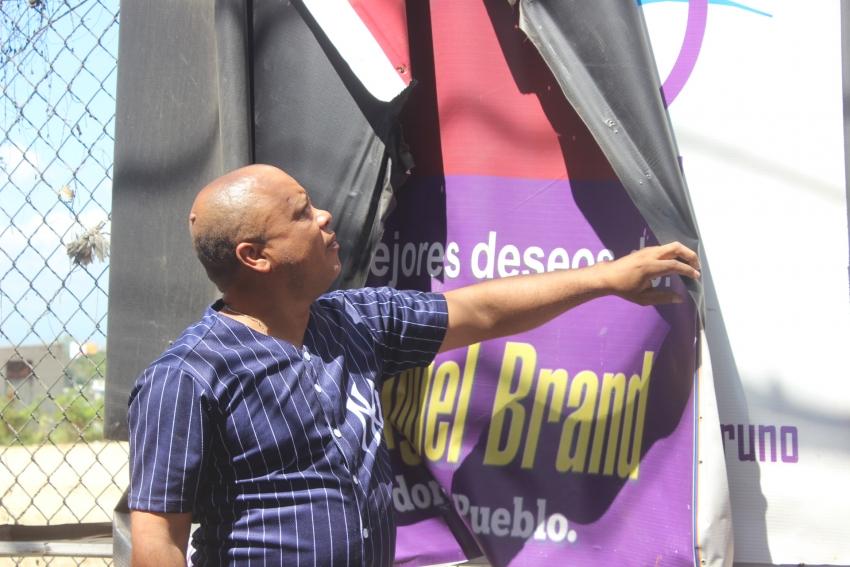 Regidor desmonta vallas en Santo Domingo Norte por mandato de JCE